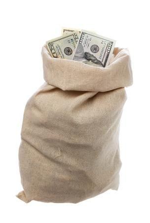 sacco juta: Un sacco di iuta pieno di dollari isolato su bianco.