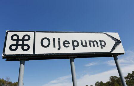 oil well: La se�al indica el camino a la atracci�n, la bomba de aceite en el pozo de petr�leo en desuso en la provincia sueca de Gotland.