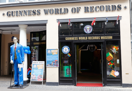Kopenhagen, Denemarken - 24 augustus, 2017: De ingang van de Guinness-wereld van verslagenmuseum dat in Ostergade 16 in Kopenhagen van de binnenstad wordt gevestigd.