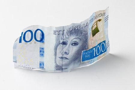 스톡홀름, 스웨덴 - 2017 년 2 월 16 일 : 스웨덴 은행권 SEK 100은 밝은 배경에 그레타 가르보 (Greta Garbo)의 서기의 초상화로 2016 년을 소개했습니다. 에디토리얼