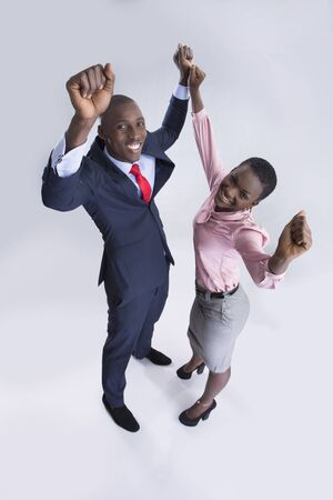 manos levantadas: Vista aérea de un par de negocios en un estado de ánimo feliz con las manos levantadas