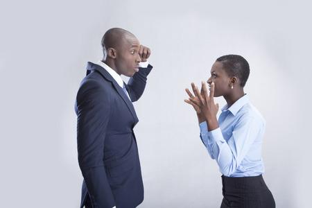 couple fach�: Business couple en col�re et crier � l'autre
