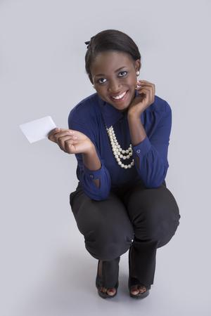 cuclillas: retrato de una mujer de negocios en cuclillas y sonriente.