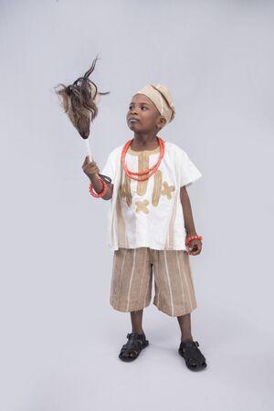 horse tail: ni�o que sostiene una cola de caballo vestido con traje tradicional Foto de archivo