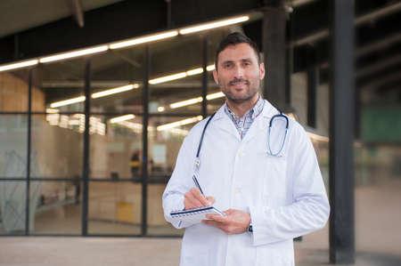Knappe arts in een medisch centrum