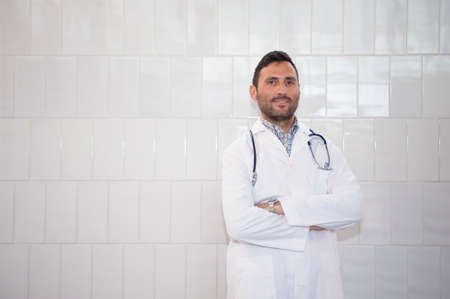 Knappe arts in een technisch medisch centrum met een glimlach
