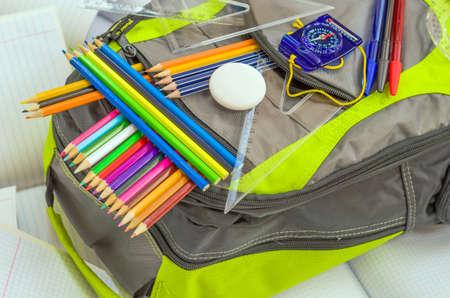 sac d ecole: sac d'�cole, crayons, stylos, gomme � effacer, l'�cole, r�gles, livres