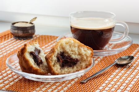 Чашка кофе, два половинки пирога с начинкой и ложкой