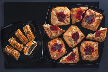 Маки и джемы для тортов различной формы на небольших и больших квадратных керамических плитах