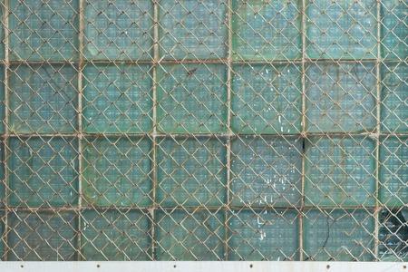 Фон из металлической сетки звеньев цепи и стекла