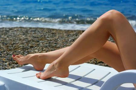 piernas sexys: Hermosas piernas femeninas en la playa