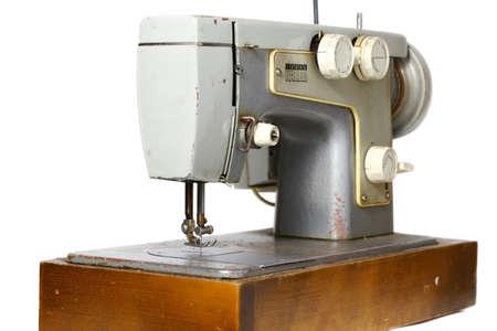 maquinas de coser: vieja m�quina de coser aislado en blanco Foto de archivo