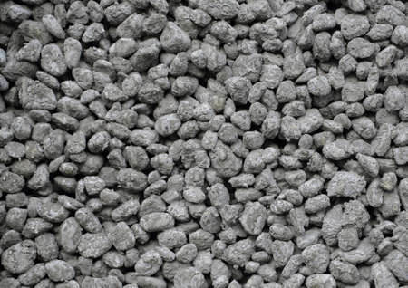 Solid vägg gjord av en massa små cementpartiklar