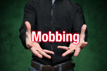 conflictos sociales: El hombre joven sostiene Mobbing letras en las manos