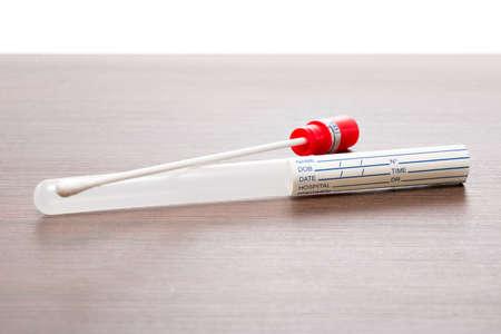 isoliert: DNA-Test Röhrchen und Wattestäbchen, Wischtest Stock Photo
