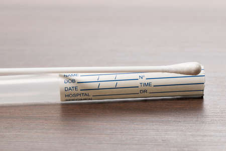 isoliert: DNA-Test Röhrchen und Wattestäbchen,