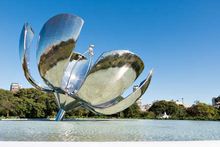 The Floralis Generica is a metal sculpture in the square of the United Nations and was designed from Eduardo Catalano