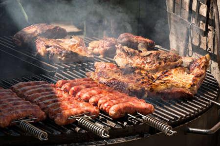 Argentinische Chorizos und Fleisch auf dem Grill