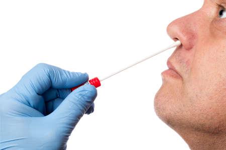 El doctor hace con un hisopo de algodón una prueba de la barra nasal Foto de archivo