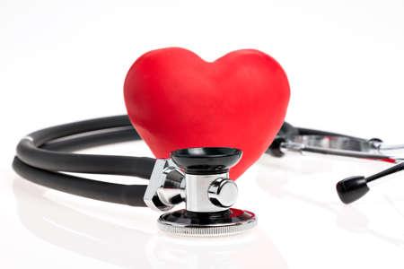 chequera: Estetoscopio con el corazón rojo sobre fondo blanco