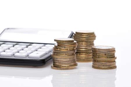 Pile à monnaie Euro avec calculatrice de poche et carnet bleu Banque d'images - 81211453