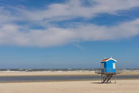 Einsamer Sandstrand mit Rettungsturm, an der deutschen Nordseeküste Standard-Bild - 82172382