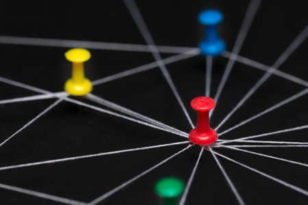 Des aiguilles à broches connectées avec du fil noir, symbolique comme un réseau