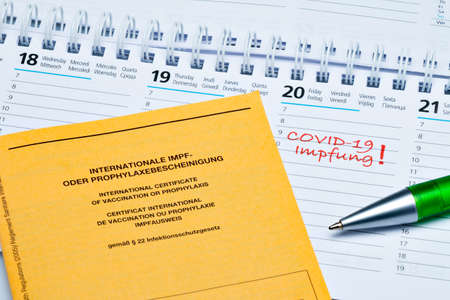 Calendar with one day for COVID-19 vaccination and vaccination certificate (in German) Archivio Fotografico