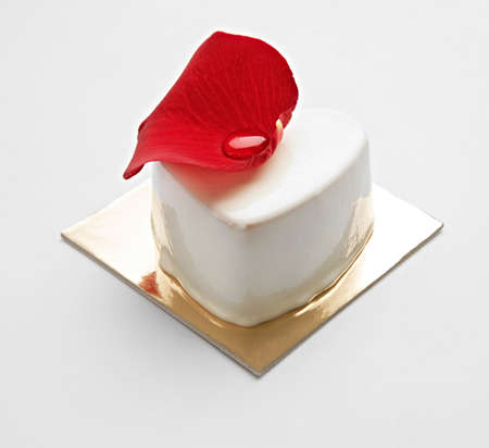 heart very: White Chocolate Cake with Rose Petal for Valentine Day Surprise