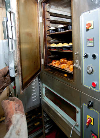 Oven for buns, cakes and bread baking