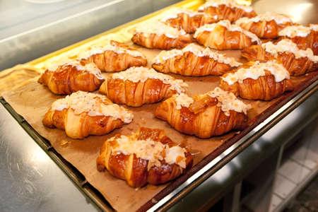 オーブンから新鮮なフランスのクロワッサン
