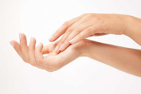 mains: Belle femme les mains sur le backround blanc