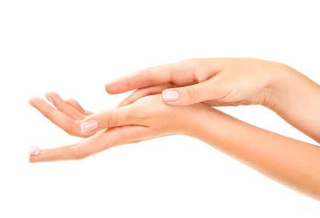 mujer maquillandose: la mujer las manos con crema de tratamiento de color rosa en el dedo índice