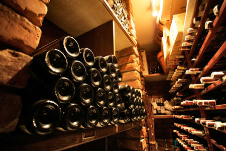 bouteille de vin: Cave � vin en fran�ais restaraunt petite Banque d'images