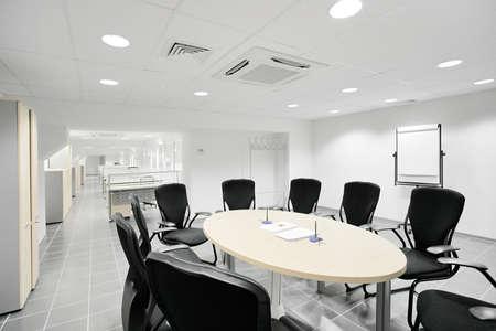 sala de reuniones: Oficina bancaria vacía con mesas de trabajo en RAW Foto de archivo