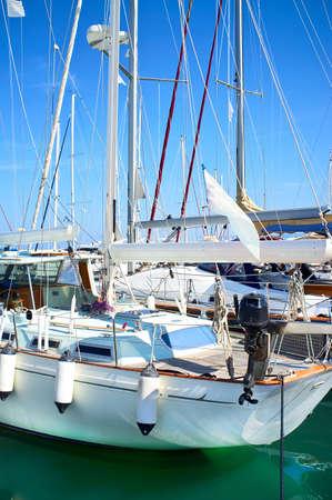 安全な港でヨットのマスト