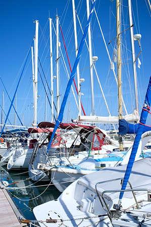 マリーナにヨットのマスト。Latchi、キプロス