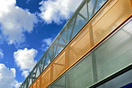 現代の工業ビルのファサードの金属