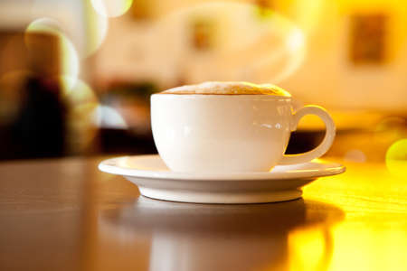 女性の手で黒い背景にコーヒー カップ