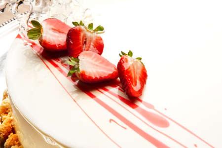 金属板の白イチゴのケーキ