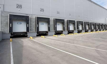 負荷のためのゲートの番号と大きな物流倉庫