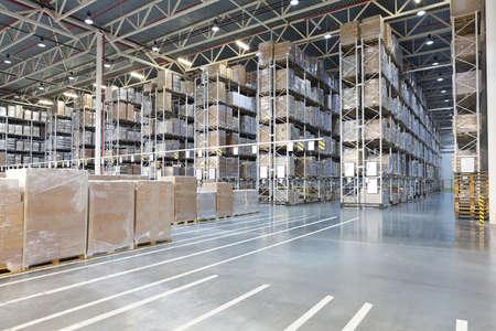 pallet: Almacén de distribución enorme con cajas en estantes altos Foto de archivo