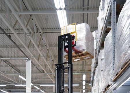 高い棚の上のボックスの巨大な物流倉庫