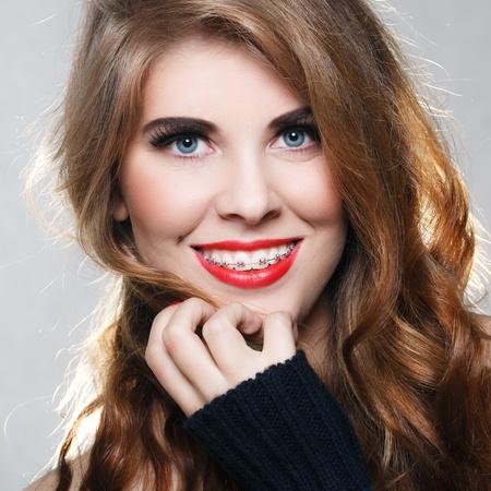 orthodontics: Hermosa muchacha sonriente con los apoyos