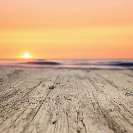verano: Tablones de madera en la playa al atardecer Foto de archivo