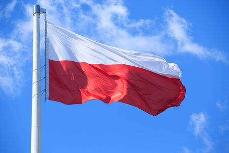 bandera de polonia: Bandera polaca sobre un fondo de cielo azul