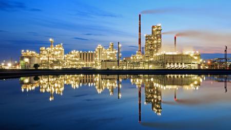 Oil refinery at dusk Standard-Bild