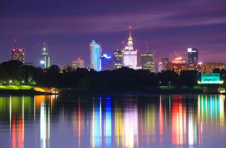 Warschau avond uitzicht van de stad vanaf de rivier