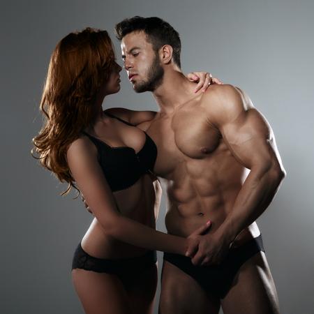 parejas sensuales: Pareja apasionada en el estudio
