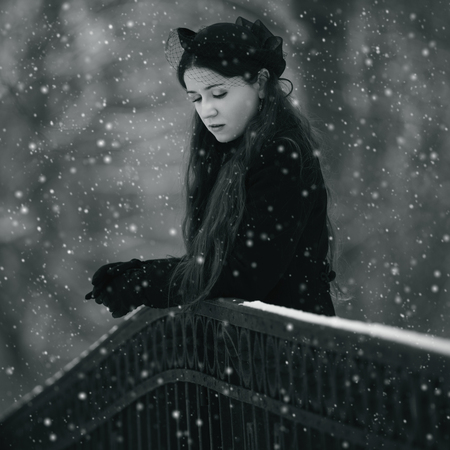 Portrait of a pensive woman in winter park Foto de archivo